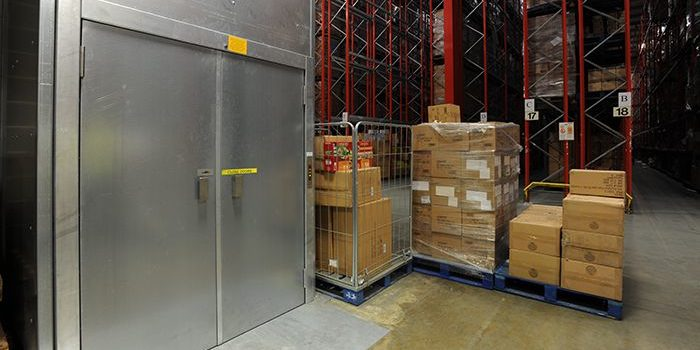 Closed goods lift used in a warehouse environment