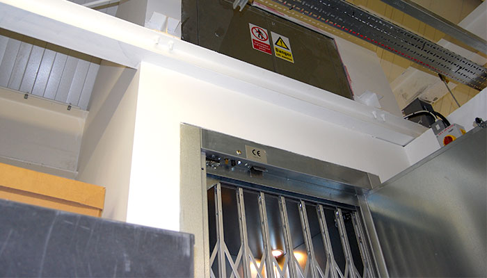 Goods lift with 1000kg load capacity with gate closed